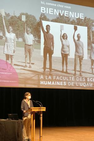 Lucie Dumais accueille les personnes étudiantes